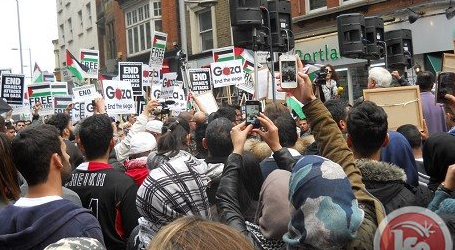 RATUSAN WARGA LONDON PAWAI PEDULI PALESTINA