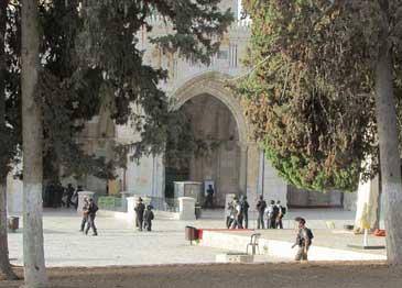 LEBIH DARI 140 PEMUKIM ISRAEL SERANG AL-AQSHA
