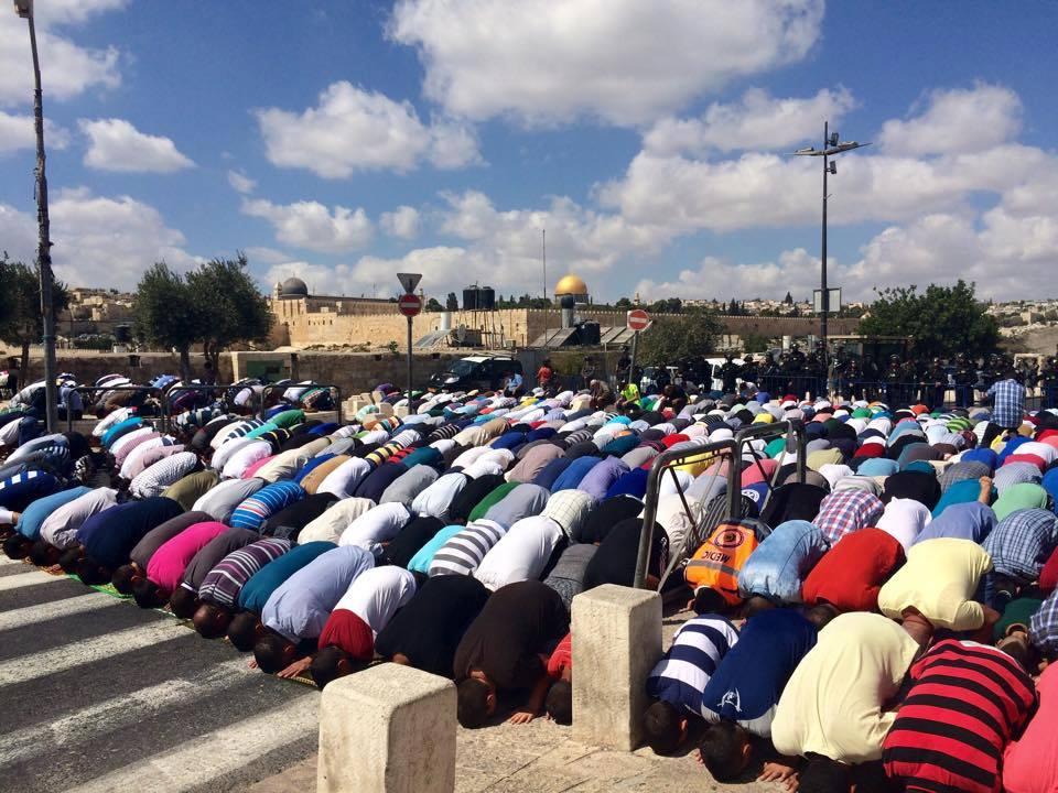 WARGA PALESTINA SHALAT JUM'AT DI PINGGIR JALAN MASJID AL-AQSHA