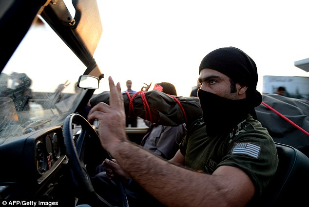 SERIBU PASUKAN KURDI LAWAN 3.000 ISIS DI KOBANE