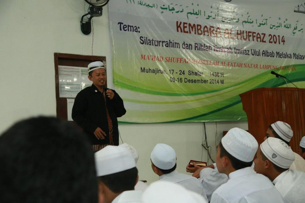 Ali Farkhan Tsani saat memberikan tausiyahnya dihadapan 40 santri Imtiaz Malaysia di Ponpes Al-Fatah Lampung. (Photo : Hadis/MINA)