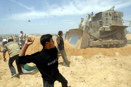 Aktivis Palestina Cegah Buldoser Israel Ratakan Lahan Pertanian di Ramallah