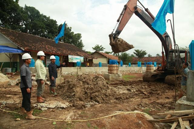 Para Insinyur sedang mengawasi proses penimbunan dan pemerataan tanah lantai Masjid An-Nubuwwah Muhajirun Lampung. Photo By : Hadis/MINA
