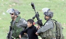 ISRAEL CULIK ENAM ANAK PALESTINA DI HALAMAN MASJID AL-AQSHA
