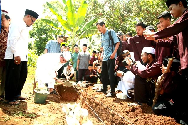 Peletakkan Batu Pertama Komplek Tahfidz Al-Qur'an Ma'had Al-Fatah di saksikan Pimpinan dana Staff Ma'had Al-Fatah, Kepala Lembaga Tahfidz, Dewan Guru, serta santri. Senin, (30/3), Photo : Hadis/MINA