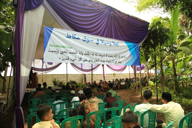 Suasana Launching Pasar Ukaz Ponpes Al-Fatah Muhajirun Lampung. Tampak spanduk bertuliskan selamat datang di pasar ukadz dengan berbahasa arab disertai doa masuk pasar. Photo : Hadis/MINA