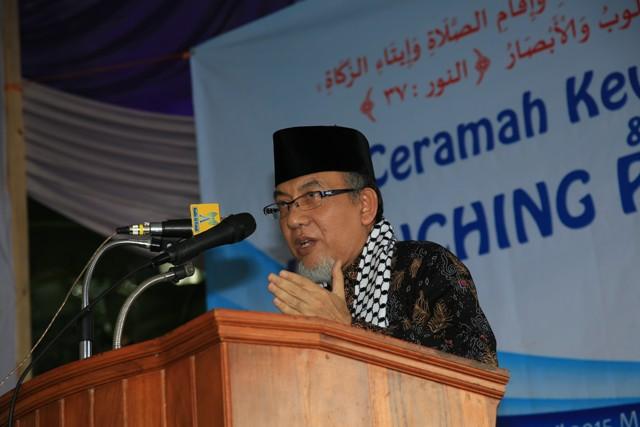 Imaamul Muslimin KH. Yakhsyallah Mansur, MA saat menyampaikan ceramahnya sekaligus membuka dan meresmikan Pasar Ukadz Berbasis Syariah di Ponpes Al-Fatah Muhajirun Lampung, Ahad, (26/4). Photo : Hadis/MINA