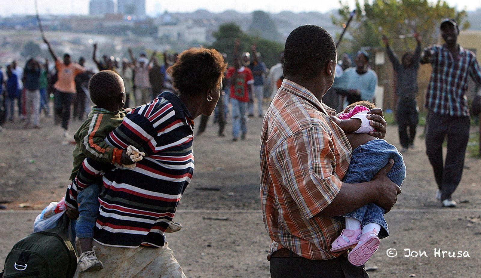 KEKERASAN AFRIKA SELATAN DISELIDIKI DI TINGKAT LOKAL