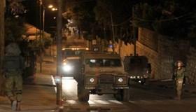 PASUKAN ISRAEL INTEROGASI WARGA-WARGA PALESTINA YANG MAU SHALAT SUBUH KE MASJID