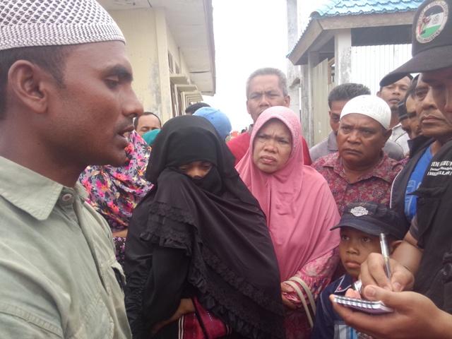 Subiah AlHafidzah sesekali menyeka air matanya saat diwawancarai Mi'raj Islamic News Agency (MINA). Photo : MINA
