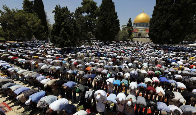 RIBUAN MUSLIM PADATI AL-AQSHA PADA SHALAT JUMAT PERTAMA AWAL RAMADHAN