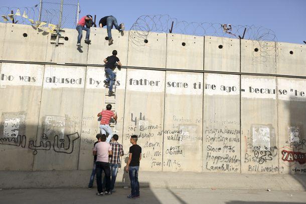 PEMUDA GAZA NEKAD NAIK TEMBOK PERBATASAN UNTUK SHALAT JUMAT DI AL-AQSHA