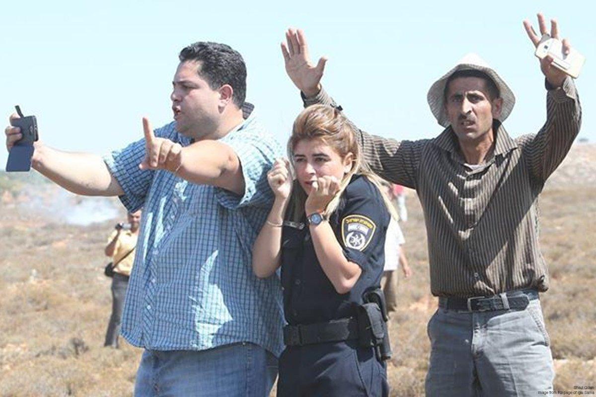 FOTO DUA PRIA PALESTINA LINDUNGI POLWAN ISRAEL JADI VIRAL
