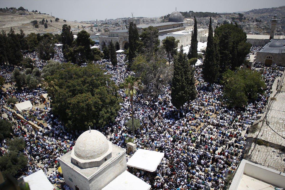 Ratusan Warga Gaza Shalat Jumat di Masjid Al-Aqsha
