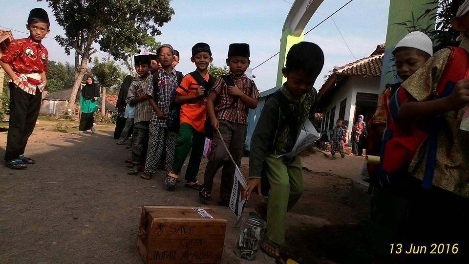 Hari Cinta Al-Aqsha, Ponpes Al-Fatah Ciamis Lampung Utara Adakan Pawai