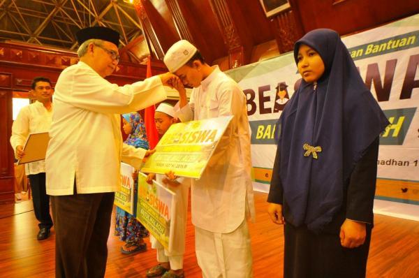 Gubernur Aceh Serahkan Beasiswa Baitul Mal untuk Santri