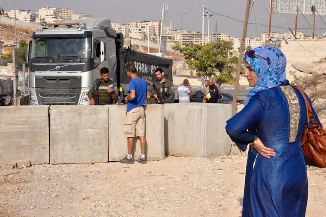 Pasukan Israel Tutup Jalan Desa di Hebron