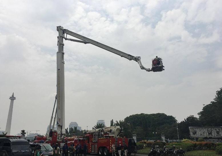 Kapolda Metro Naik Bronto Skylift Pantau Massa Aksi Damai Bela Islam dari Ketinggian