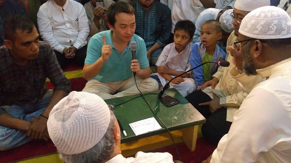 Tujuh Orang Ikrar Syahadat Saat Dialog Perbandingan Agama di Masjid Darussalam
