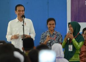 Presiden Jokowi Serahkan 1.037 KIP Siswa Yatim Piatu