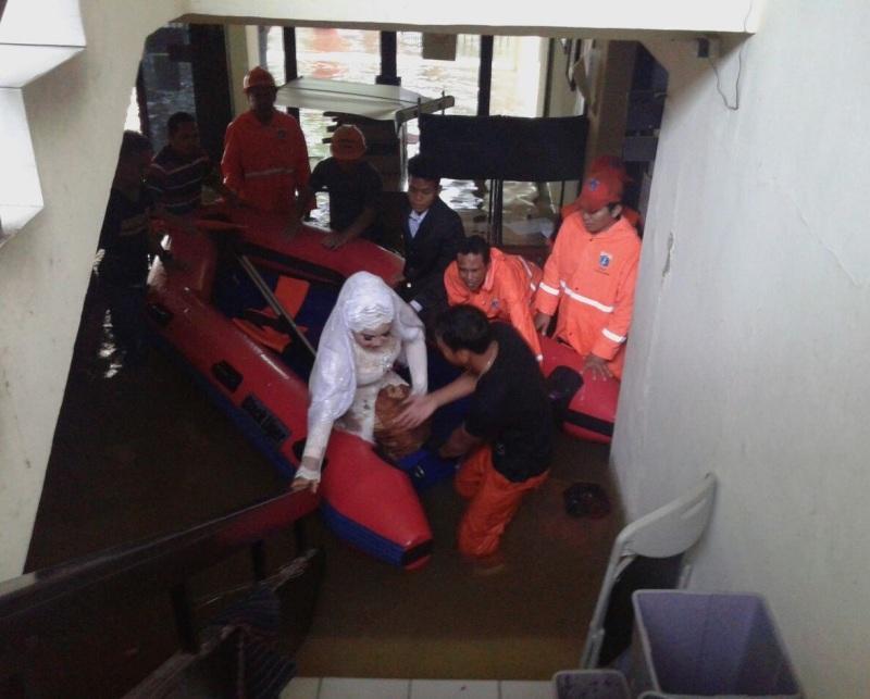 Meski Banjir, Kantor KUA Mampang Tetap Layani Masyarakat