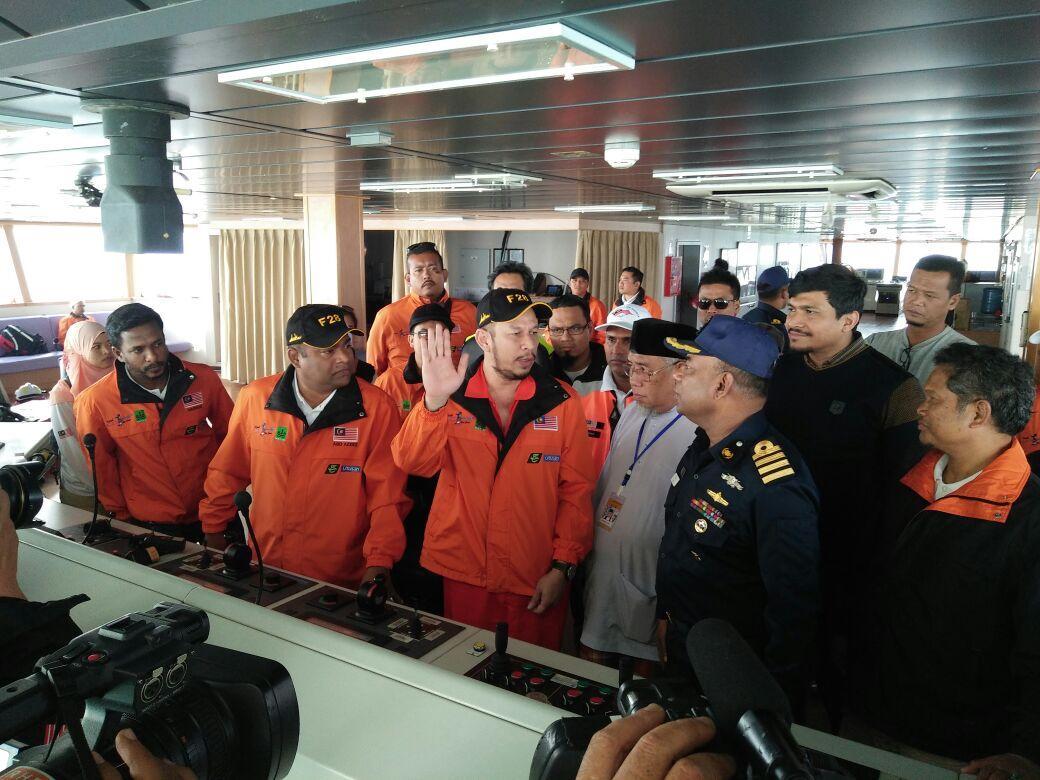 Angkatan Laut Bangladesh Naik dan Tinjau Nautical Aliya
