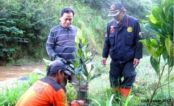 Al-Fatah Rescue Tanam 1.800 Tanaman Reboisasi di Hulu Sungai Citarum