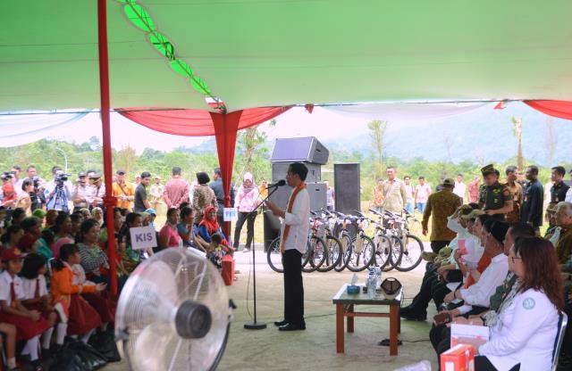 Jokowi Hadiri Penyerahan KIP, KIS, PMT, dan PKH di Kalbar
