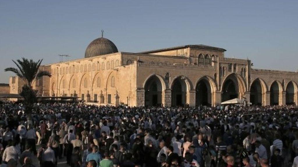 Ribuan Warga Palestina Sholat Subuh di Al-Aqsa di tengah Pembatasan Ketat Israel