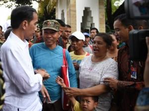 Bagikan Paket Sembako, Presiden Jokowi Disambut Antusias Warga Solo