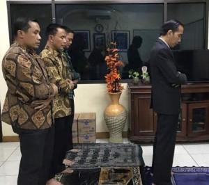 Imami Salat di Pos Polisi Jagorawi, Jokowi: Sesibuk Apapun Sempatkan Salat