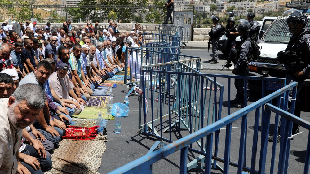 Dilarang Masuk Al-Aqsa untuk Sholat Jumat, Warga Sholat di Gerbang Lions