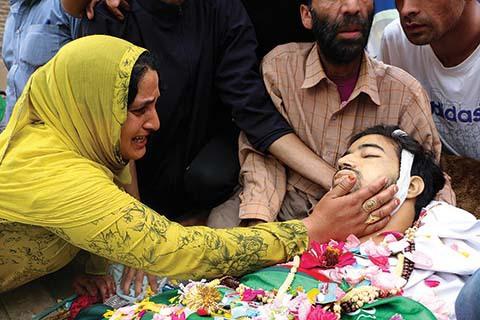 Jenazah Pemuda Kashmir Disalatkan Dua Kali oleh Ribuan Pelayat