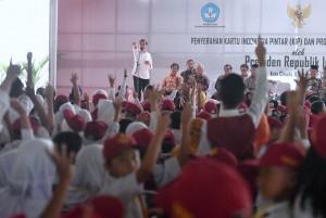 Serahkan 1.191 KIP, Presiden Ingin Anak Indonesia Dapat Pendidikan Layak