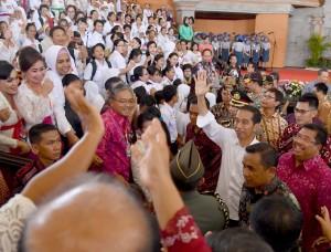 Bagikan KIP dan PKH, Jokowi: Tidak Boleh Untuk Beli Rokok