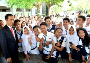 Jokowi Serahkan 1.500 KIP dan 1.000 PKH