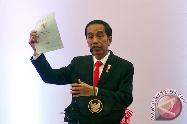 Jokowi Bagikan Puluhan Ribu Sertifikat Tanah