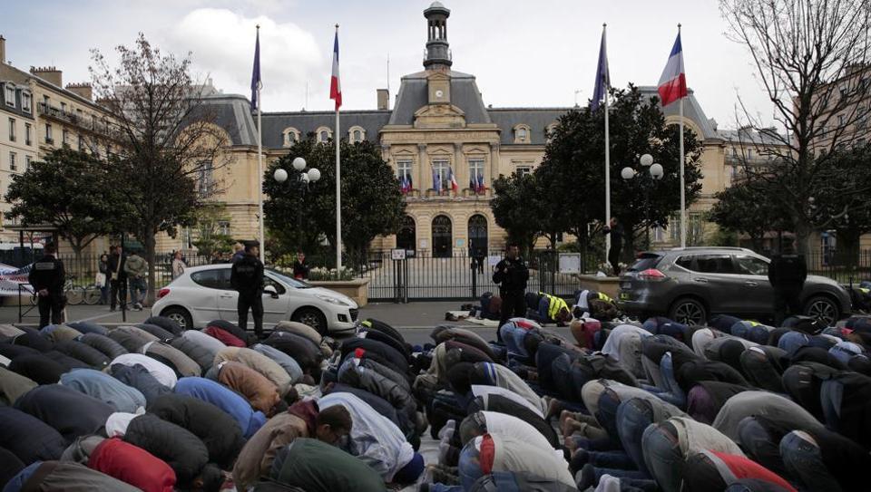 Wali Kota Perancis Pimpin Unjuk Rasa Halangi Muslim Shalat Jumat
