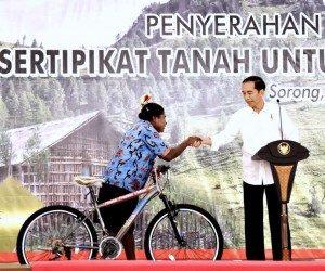 Presiden Jokowi Serahkan 2.568 Sertifikat Tanah di Sorong
