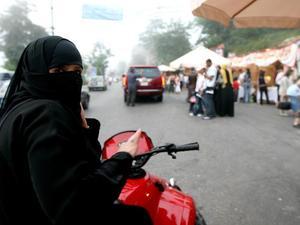 Saudi Perbolehkan Perempuan Kendarai Truk dan Sepeda Motor