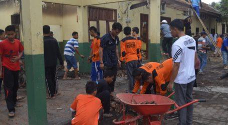 Ratusan Elemen Masyarakat Bersihkan Sisa Kebakaran Ponpes Al-Fatah Lampung