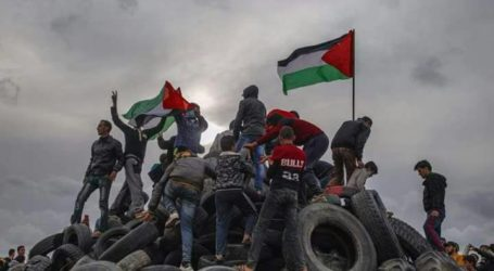 Jumat Kedua, Warga Palestina Kumpulkan 10.000 Ban di Perbatasan
