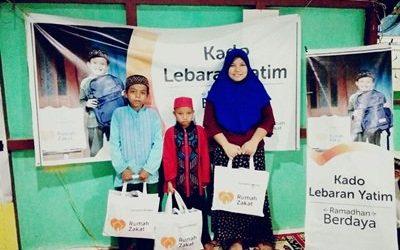 Rumah Zakat Bagi Buka Puasa dan Kado Lebaran Yatim di Desa Sungai Sengkuang