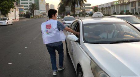 7.000 Pemuda Sukarelawan Saudi Bagi-Bagi Paket Bukber di Jalan Raya