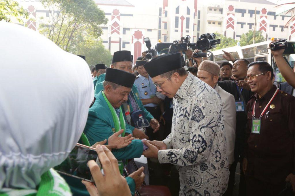 Hasil gambar untuk Menag Lepas Kloter Awal Embarkasi Haji Sukolilo Surabaya