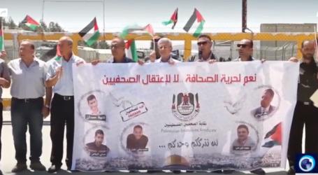 Wartawan Palestina Lakukan Protes di Luar Penjara Israel