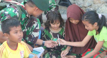 Prajurit TNI Adakan Lomba Mewarnai Gambar untuk Anak Pengungsi