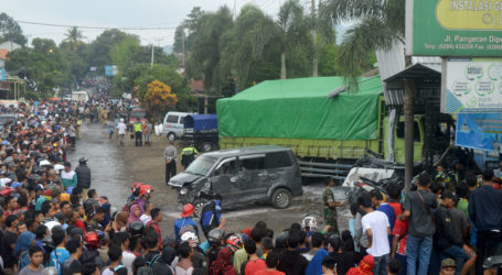 Tronton Tabrak Puluhan Kendaraan, Empat Orang Tewas