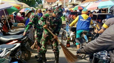 Hari Peduli Sampah, TNI Kerja Bhakti Bersihkan Pasar
