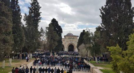 Puluhan Ribu Warga Palestina Sholat Jumat di Masjid Al-Aqsa